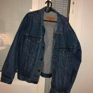 Oversized jeansjacka, passar ungefär L-XL skulle jag säga. Lite mörkare blått jeanstyg, väldigt höstig!  Finns i Gbg för upphämtning, kan även skickas (köparen står såklart även för frakten).