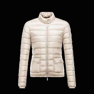 Säljer min beige moncler jacka, inte mycket använd alls.  Kvitto finns, köpt på NK.  Nypris 6000