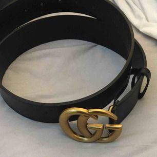 Gucci läder bälte med logo.  Svart och guld 4cm brett, 80cm långt