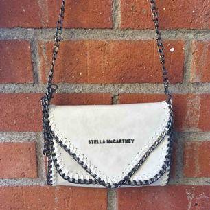 Ny, oanvänd (fake) väska från Stella Mccartney. Skitsnygg på, man kan själv välja längd.