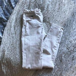 Vita jeans ifrån bikbok
