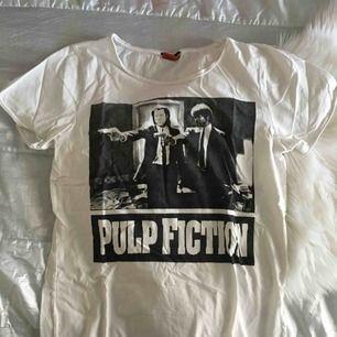 Ball Pulp Fiction t-shirt från New Yorker. I strl XL i herrstorlek så passar dom flesta storlekarna. Har själv använt den som en oversize M. Endast använd ett fåtal ggr. 🌟