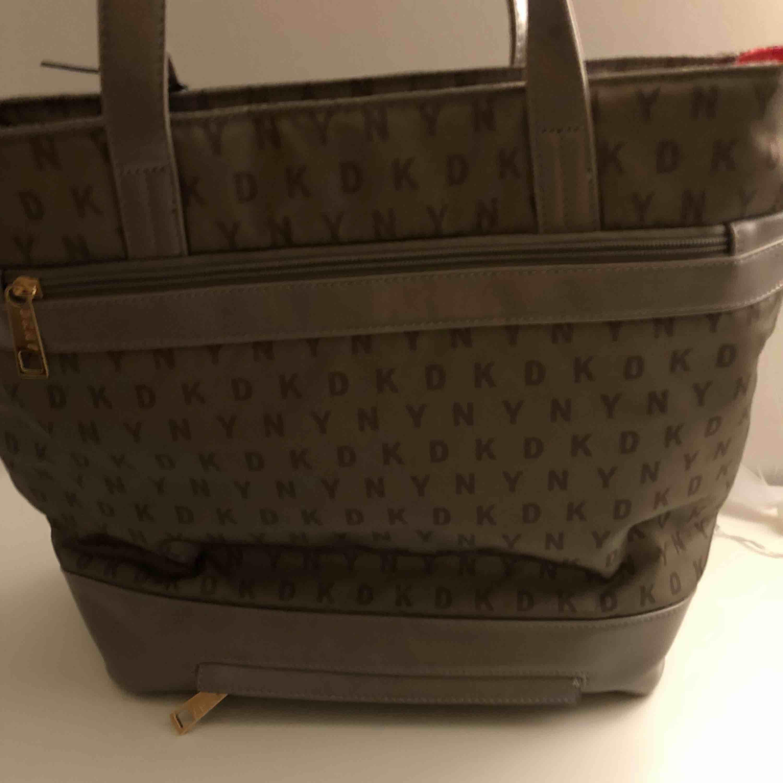 En helt ny DKNY väska. Verkligen aldrig använd. Den är helt äkta. Skit fin men har tyvärr ingen användning för den. Bilder tillkommer vid intresse.. Accessoarer.
