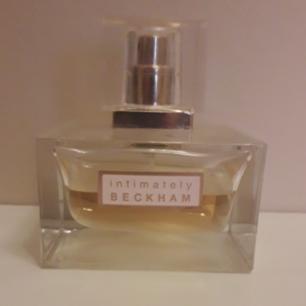 Intimately BECKHAM parfym. Använd ngra gånger men fler sprut kvar att ge! Luktar starkt feminint(damdoft), och inte min typ av doft längre då jag föredrar söta dofter! Så inget för dig som gillar milda fruktiga dofter. Detta är mer en blandning av starka blommor och tränoter. Frakt: 39kr med postens S-emballage