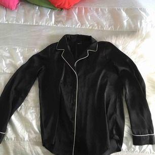 Galet snygg, svart blus/skjorta från Ginatricot! I strl 36 men skulle säga att den snarare är en 34/36. I jättefint skick och passar till det mesta! 🌞