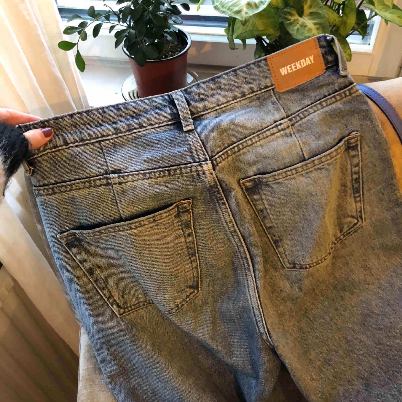 Ljus blå jeans från Weekday i modellen ace voyage. Har som vanligt köpt fel storlek men de är superfina!!. Jeans & Byxor.