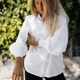 Säljer denna vita skjorta från Molly Rustas x Bubbleroom