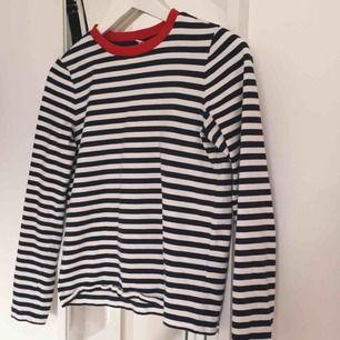 Klassiska tröjan från &otherstories. Marinblå och vitrandig med rött i kragen. Köpte fel storlek och har därför bara användt två gånger. Storlek 34, passar XS/S.  Skicket är som ny. Nypris 290kr.  Möts upp i Malmö eller fraktar mot kostnaden🌼