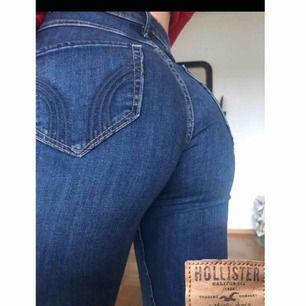 Ett par OANVÄNDA mörkblå super skinnet highwaist jeans från hollister. Köptes för ett halv år sen men har inte kommit till användning. Nypris:ca 500kr. Storleken är W26 L30. Toppskick!  Frakt tillkommer:)