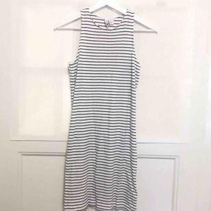 Tight klänning med marinblåa ränder. Använd 1 gång, som ny! Kan mötas upp i Stockholmsområdet.