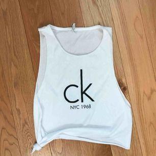 90tals-linne med öppna sidor från Calvin Klein. Använt mkt sparsamt, köpt juli 2018. Sitter något oversized på mig som är xs. Nypris 400kr. Frakt tillkommer