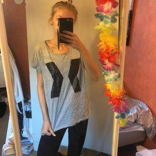 Grå mjuk t-shirt med skinndetalj 🌷 passar även M! Aldrig använd. Lite skrynklig därav låga priset (har inget strykjärn hehe)