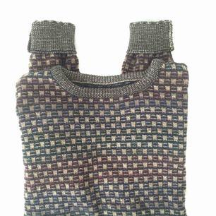 Stickad lite kortare tröja i finaste mönstret! Superfin till tex höga jeans😍