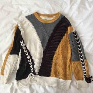 Så fin stickad tröja med flätade detaljer! Baktill är den vit🍂
