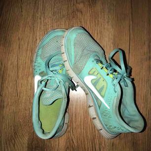 Turkosa skor från Nike. Använda men är ändå ok skick. Frakt tillkommer. Köper du fler saker så kan jag göra ett bra paketpris.