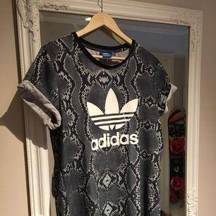 Tshirt från Adidas. Skulle säga att den är lite oversize i passformen och passar bra till small/medium. Använd men absolut i fint skick fortfarande. Köpt för 399 kr.