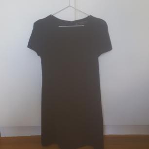 Stilren, söt klänning från Zara i fint material. Ser svart ut på bild men är i själva fallet mörkblå. Finns i Skåne annars tillkommer frakt 🦋