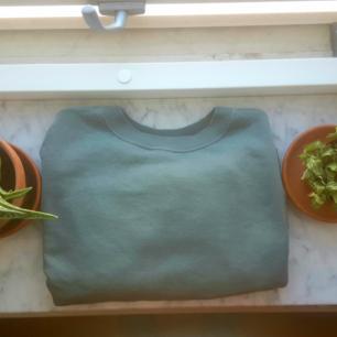 Cropped tjockare tröja i fin grön nyans. Sparsamt använd. Storlek XS men passar även S. Finns i Skåne annars tillkommer frakt🦋