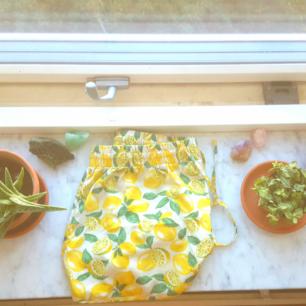 Högmidjade shorts med citroner 🍋🍋 finns i Skåne annars tillkommer frakt 🍎