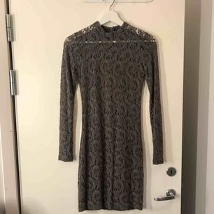 En väldigt skön tajt klänning från Nelly🌸 Färgen är lite brun/grå (se bild 2) Frakten är inkluderad i priset💕