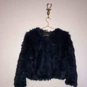 Blåsvart fuskpäls i storlek s från Gina Tricot  Köpt för 599:-