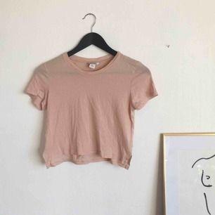 Fin T-shirt från monki i såå skönt material!!🌸💕🌺 Möts upp i Uppsala + fraktar✨✨