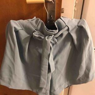 Använt endast en gång, så det fortfarande som ny. Fina shorts med bälte i storlek 42.