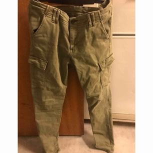 Fina mörkgröna denim jeans från HM, storlek 32x32.