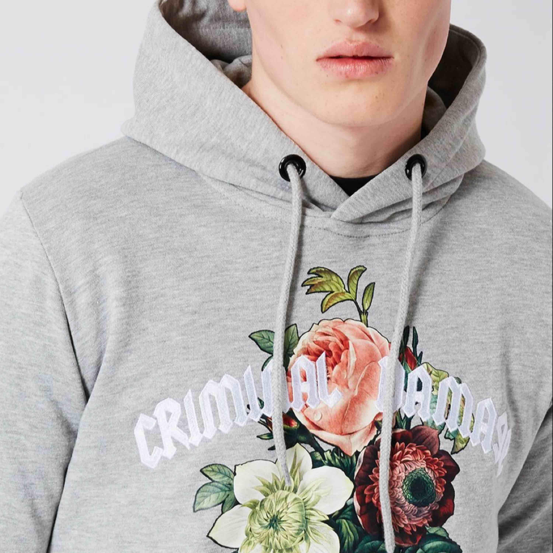 Grå, mysig hoodie från Criminal damage, ÄKTA!! Den är sparsamt använd. original pris 760kr, men säljer den nu för 350. Jag tar endast emot swish och kontant. Jag möts upp i södra stockholm. Köpare står för frakt, skriv för mer detaljer. Huvtröjor & Träningströjor.