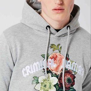 Grå, mysig hoodie från Criminal damage, ÄKTA!! Den är sparsamt använd. original pris 760kr, men säljer den nu för 350. Jag tar endast emot swish och kontant. Jag möts upp i södra stockholm. Köpare står för frakt, skriv för mer detaljer