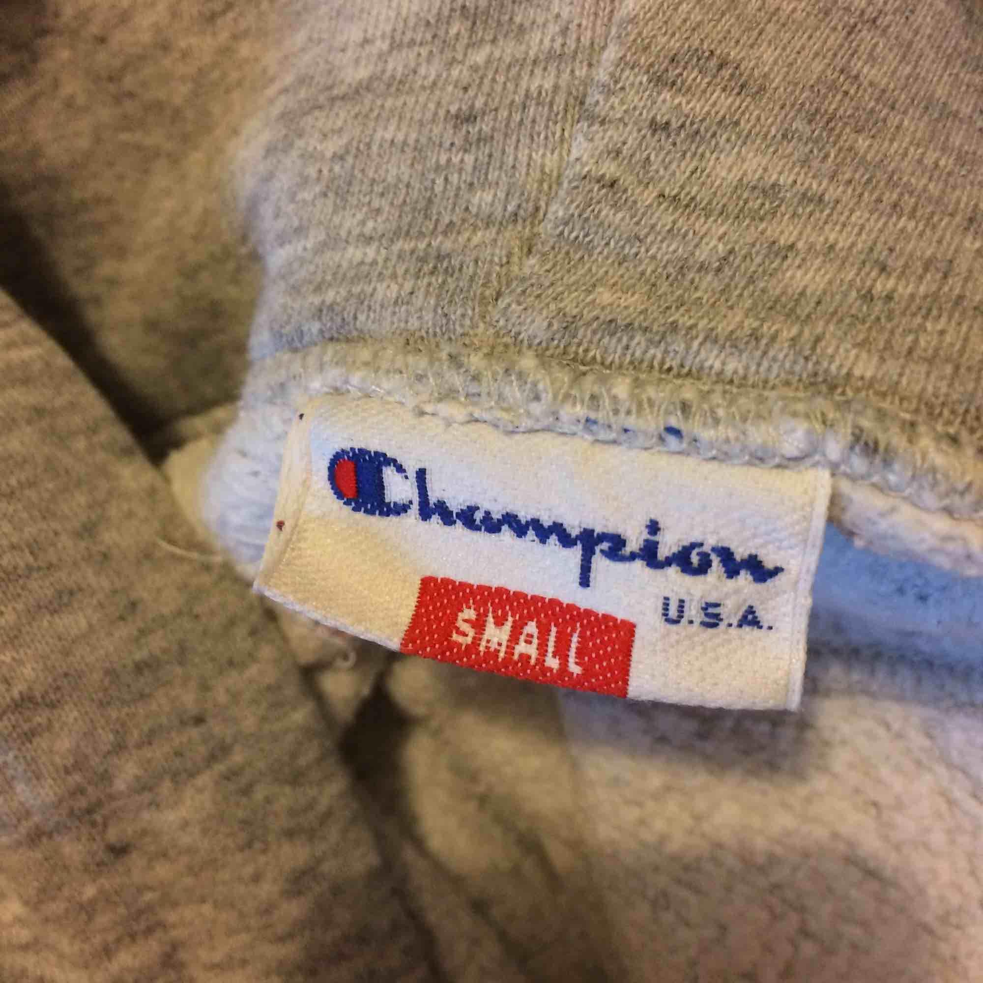 Superfin Vintage champion hoodie, säljes pga har en likadan i en annan storlek. Herrstorlek S, men är nästan lite för kort i ärmarna på mig som har storlek M. Frakt tillkommer elr hämta upp i Gbg.. Huvtröjor & Träningströjor.