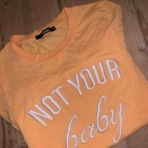 Gul t-shirt med sytt tryck