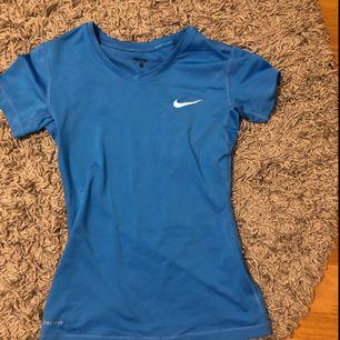 En Nike tränings t-shirt, nästan aldrig använd så den är i bra skick, står att det är storlek M men det är som XS/S