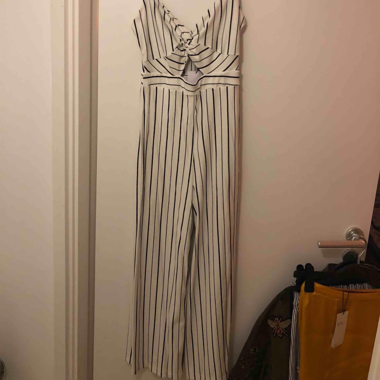 Ny jätte fin jumpsuit från Bershka. Aldrig använd. Köpt för 299:- Lappar sitter kvar!. Klänningar.