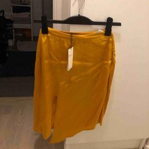 Ny mid-kjol från Bershka. Lappar kvar. Endast provad!