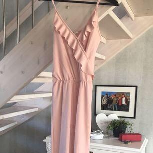 Lång rosa byxdress från Nelly, använd en gång, sytt upp axelbanden