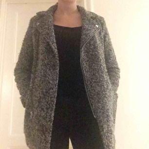 En jacka från H&M, köpt för länge sen så finns antagligen inte kvar. Möter gärna upp i Stockholm.