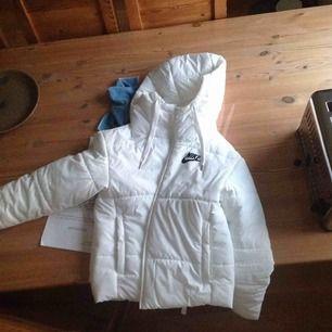 Bytar eller säljer denna ny köpta Nike jackan mot en hollies jacka