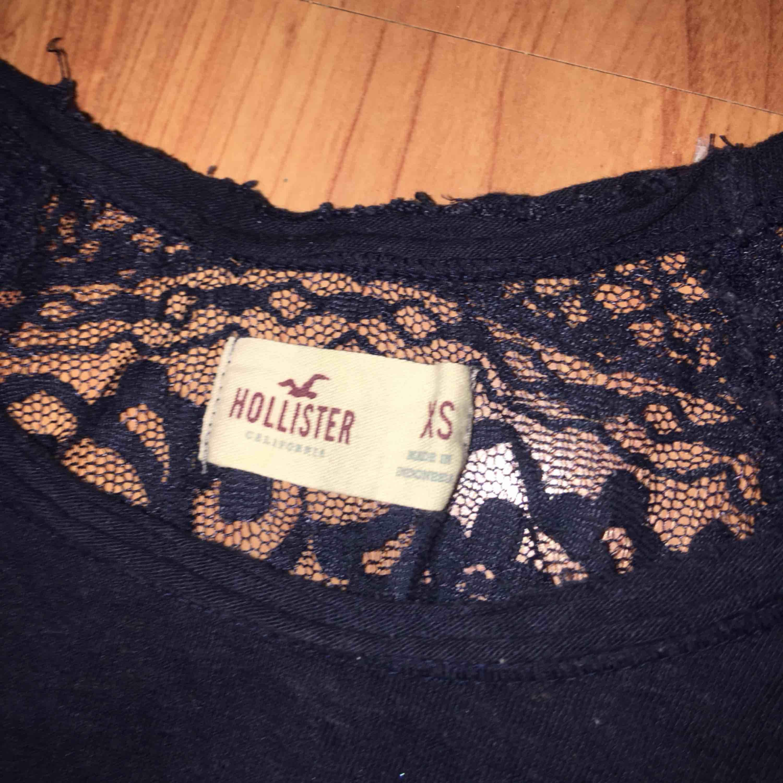 hollister t-shirt med hel spetsrygg. använd ett par gånger.  100kr plus frakt . T-shirts.