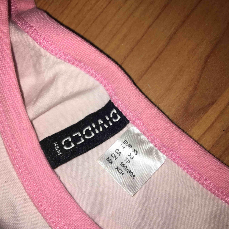 rosa feminist t-shirt helt oanvänd och i fint skick. 50kr plus frakt. T-shirts.