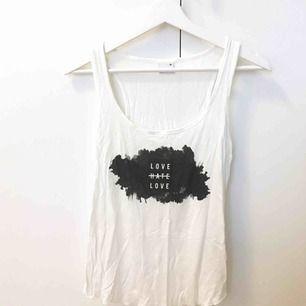 Vitt linne med svart och vitt tryck. Knappt använt så i jättefint skick! Passar även S. Kan mötas upp i Stockholmsområdet eller frakta.