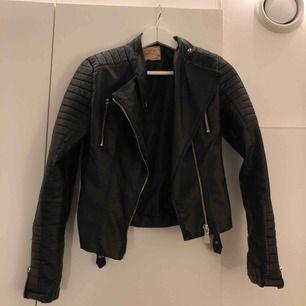 moto jacket från tessie, storlek m men passar S!