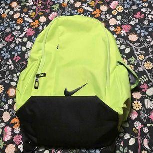 En vanlig Nike väska,inga hål eller andra felaktiga skador som funkar att använda till 100%