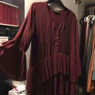 Säljer en plisserad blus från Zara i storlek S. Den är endast använd 2 gånger och inte ens det.  399kr köpte jag blusen för. Blusen har V ringning och är långärmat och är plisserad. asymmetrisk nederkant med dubbla lager plisserad tyg.