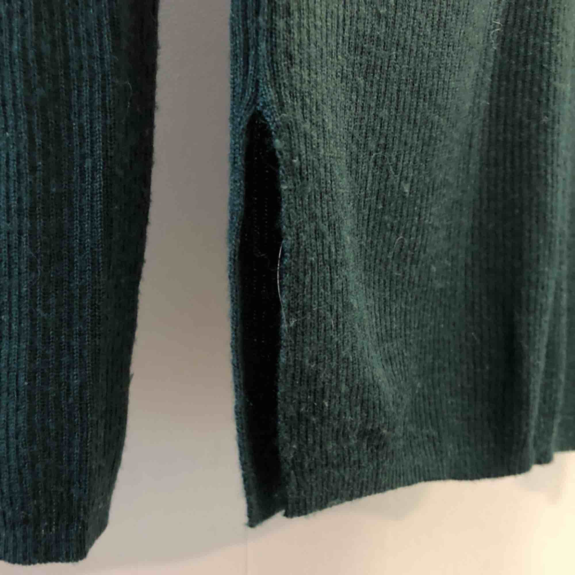 Finstickad tröja från Mango. Relativt tight modell och fin skurning i halsen. Öppna slitsar på sidorna. Lite lätt genomskinlig. Nypris 349kr. Tröjor & Koftor.