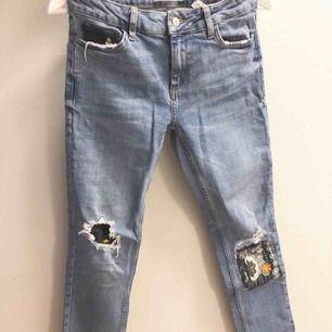 Tuffa jeans från Mango. Ankellång, ganska tighta. Tyvärr för små för mig. Normal midjehöjd. Lite mörkare färg än vad bilden visar. Nypris 349kr