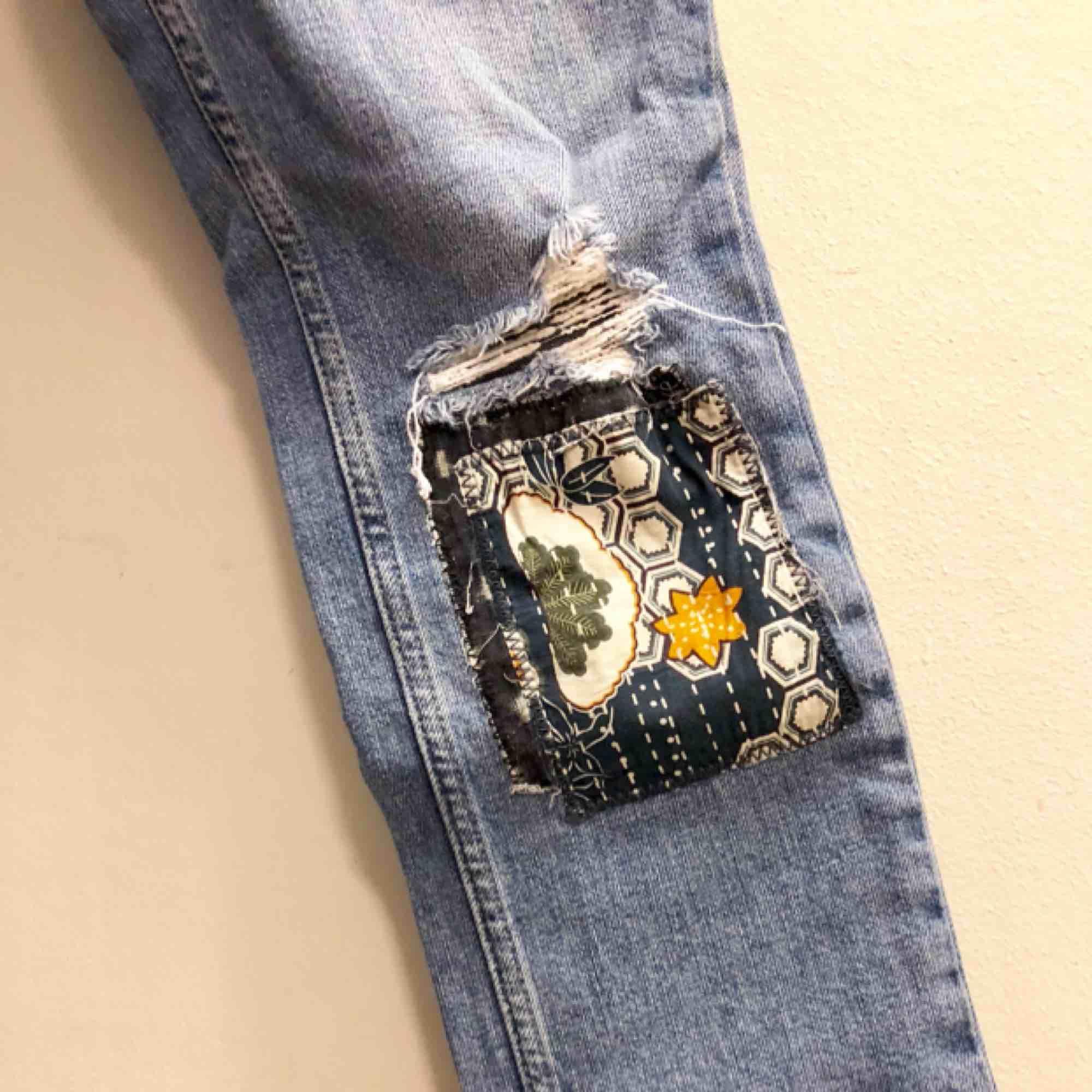 Tuffa jeans från Mango. Ankellång, ganska tighta. Tyvärr för små för mig. Normal midjehöjd. Lite mörkare färg än vad bilden visar. Nypris 349kr. Jeans & Byxor.