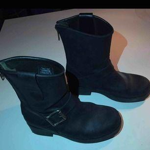 Säljer ett par boots i den låga modellen från Urban Project, köpta för ca 1400. Använda men i bra skick🌸