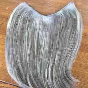 Flip in hårdel i äkta hår ca 32-35 cm Den är doubledrawn vilket betyder att den är extra tjock så denna kan användas till både förlängning och förtjockning😊 Färgen är nr 18 vilket är den askigaste blonda som finns. Nypriset är 1500