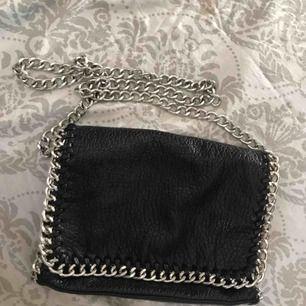 Väska från Tiamo som är köpt på scorett. Inte alls sliten på utsidan bara på knapparna som man stänger väskan med och på blicktlåset på fickan därbak vilket inte syns när man har på sig den annars är den väldigt fint skick! Frakt tillkommer eller möta upp